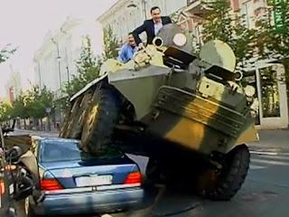 Prefeito Lituania esmagando Mercedes com Tanque