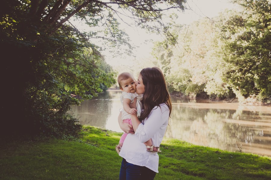 kisses from mommy at a natural light photography session in indianapolis