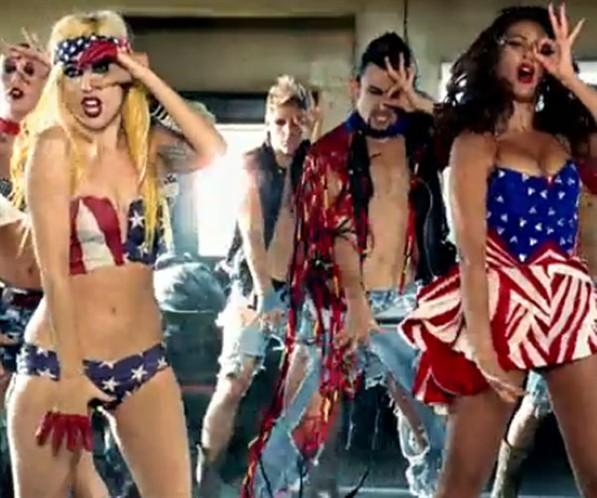 Estrelas+listradas+em+dose+dupla.+Lady+Gaga+e+Beyonc%C3%A9+usaram+um+figurino+todo+especial+no+clipe+da+m%C3%BAsica+Telephone.jpg (597×498)