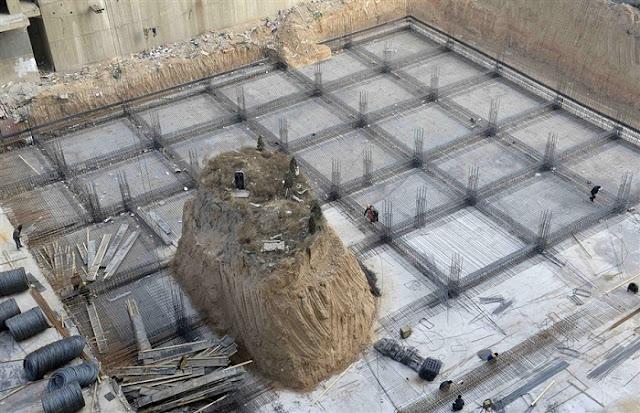 http://www.opoae.com/2013/03/kuburan-ditengah-proyek-gedung-tinggi.html