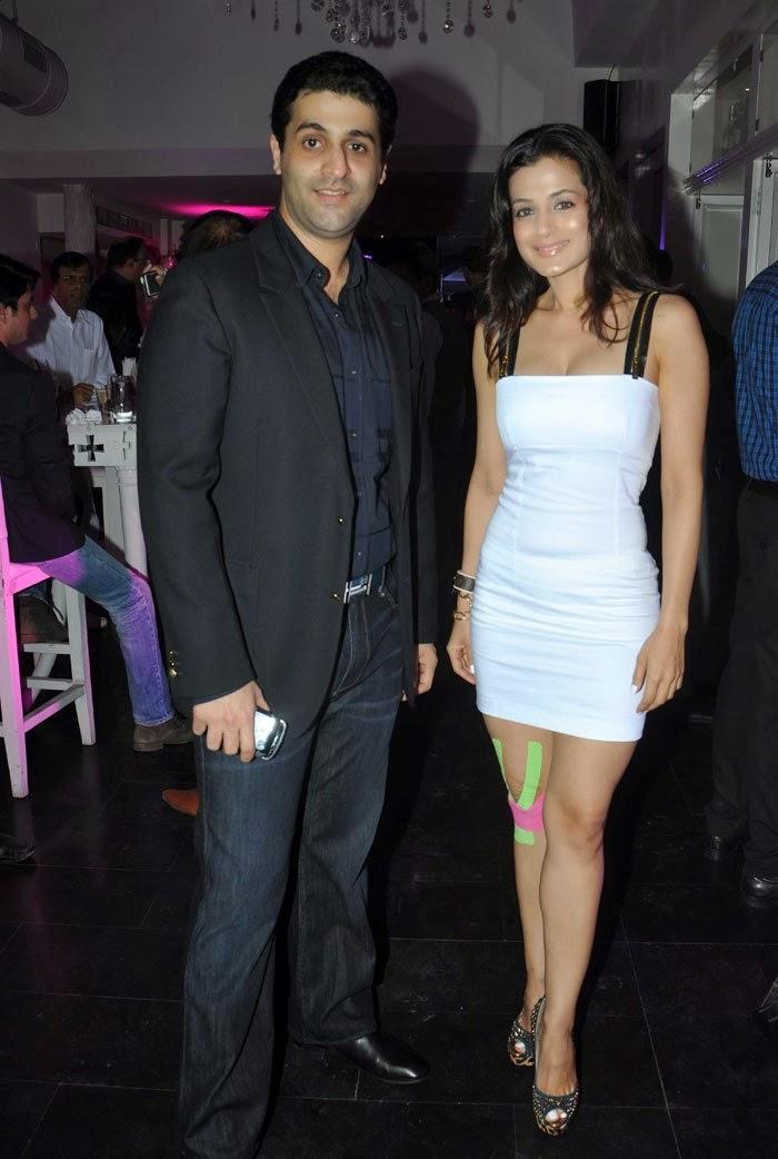 http://3.bp.blogspot.com/-Lvl-WspQx_8/Uv8cP-LtfhI/AAAAAAAAkyE/Ben-Yxb5eLU/s1600/Ameesha,+Zayed,+Sahil+at+Desi+Magic+completion+bash+Images+(4).jpg