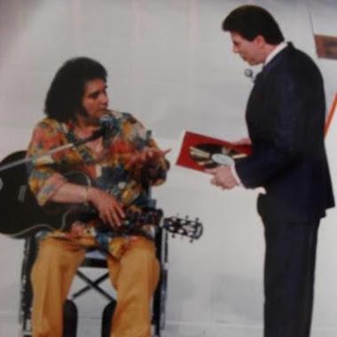 Barrerito recebendo disco de ouro das mãos do Silvio!!!