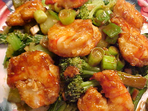 Crevettes  l&#39;orange et ssame sur brocoli et bok choy