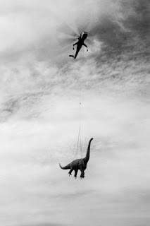 dinosaurio en helicoptero