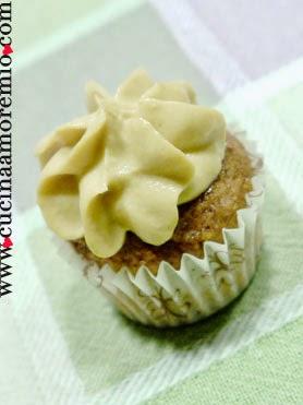 cupcake d'orzo e nocciole con frosting light allo sciroppo d'acero