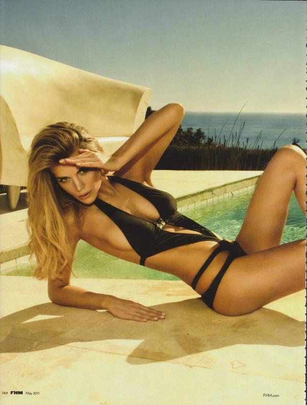 Hollywood Celebrity Elle Liberachi Breast Exposing Photos
