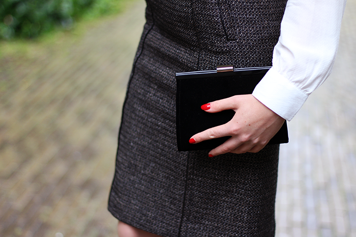 Fashion blogger outfit ootd red hair lips tweed skirt high waisted umbrella rain dutch amsterdam