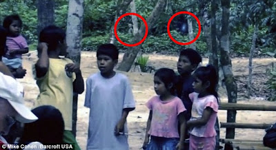 extraterrestre en la selva con unos niños