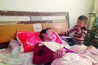 لحظات إنسانية مؤثرة …طفل يمضغ الطعام ليضعه في فم أمه المشلولة