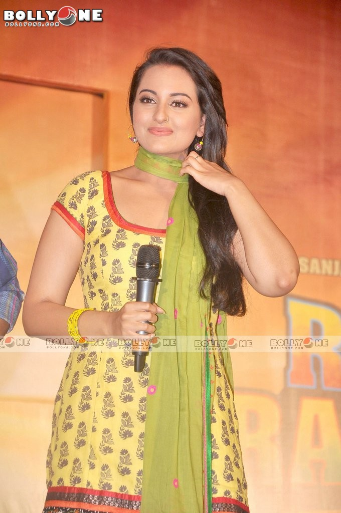 Sonakshi sinha looking hot in suit salwaar -  Sonakshi sinha Yellow Suit Rowdy Rathore First look launch