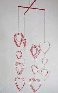 http://un-mundo-manualidades.blogspot.com.es/2013/01/lindo-colgante-de-corazones.html