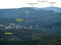El barri El Planet de Rellinars amb la Serra de Collcardús al darrere