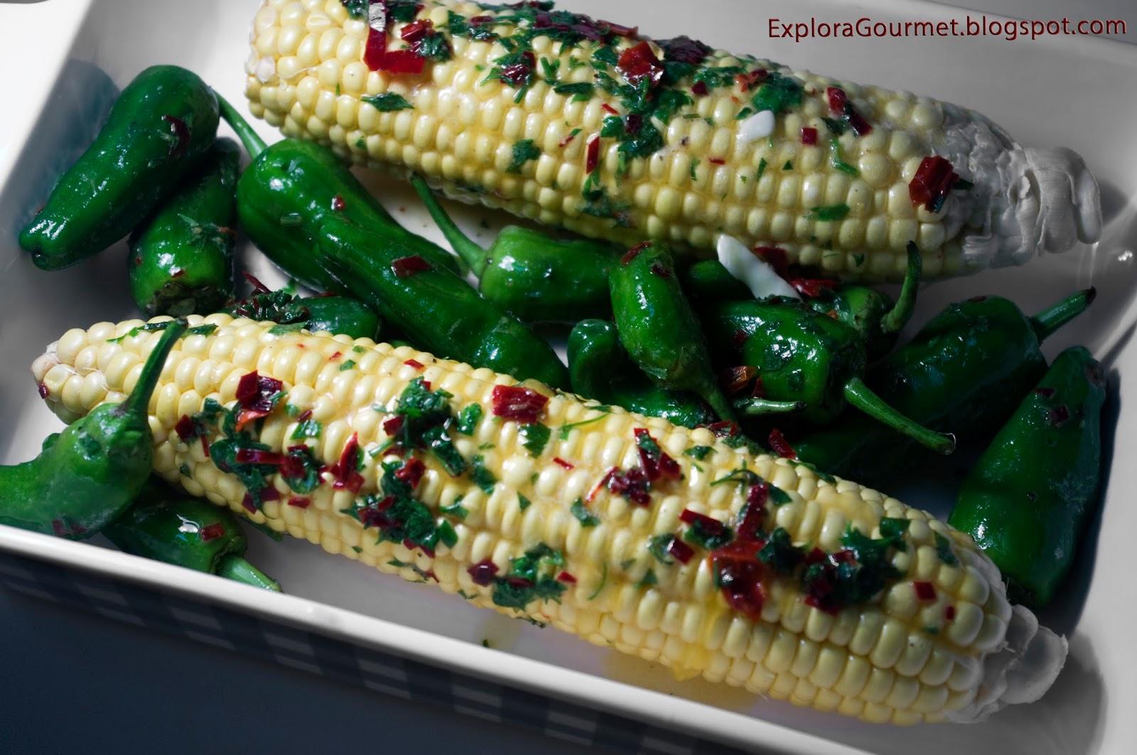 maíz asado con pimientos del padrón, mantequilla y chile