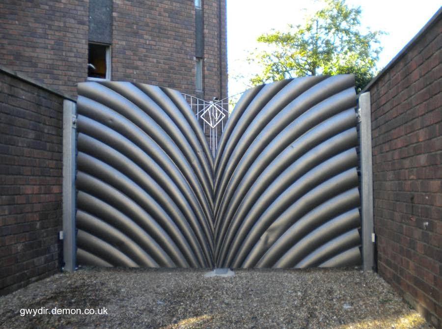 Portón moderno decorativo en Inglaterra