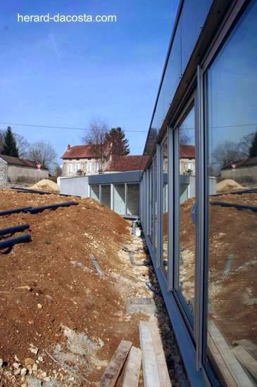 Vista de un lado de la casa en límite con el futuro jardín