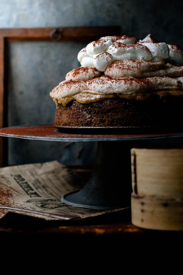 Gesztenye mousse torta karamellbe mártott meggyel  Hozzávalók:  Fahéjas piskótalaphoz (Sütibox receptje alapján):  - 225 g puha vaj - 225 g cukor - 3 tojás - 225 g liszt - 2,5 teáskanál szódabikarbóna - 1 evőkanál fahéj - 150 g tejföl - csipet só  Diós pralinéhoz (Praliné paradicsom receptje alapján):  - 20 dkg dió - 16 dkg cukor  Rumos gesztenyemoussehoz:  - 5 g lapzselatin - 2 dl tej - 1 kupica rum - 750 g cukrozott gesztenyemassza, szobahőmérsékletű - 350 g tejszín - 2 evőkanál porcukor  Tejszínhabhoz:  - 1,5 dl tejszín - 1 lapos evőkanál porcukor  Díszítéshez:  - kakaópor - cukor - meggy  Elkészítés:  1. A fahéjas piskótához habosra keverjük a vajat a cukorral, majd egyesével hozzáadjuk a tojásokat. A lisztet, szódabikarbónát és a fahéjat átszitáljuk, összekeverjük, majd a tojásos krémhez keverjük. Belekeverjük a tejfölt és a sót. Kivajazott, kilisztezett tortaformába öntjük, és 180°C-os sütőben kb. 25 perc alatt megsütjük. Kivesszük, levesszük a tortakarimát és a tortalapot alulról, és rácson hagyjuk kihűlni! Ha kihűlt, visszahelyezzük a már elmosott tortaformába. 2. A pralinéhoz megpirítjuk a diót és kiterített sütőpapírra tesszük. A cukrot karamellizáljuk, majd belekeverjük a diót, és ismét a sütőpapíron hagyjuk kihűlni. Ezután addig aprítjuk aprítógépben, amíg krémessé nem válik. 3. A moussehoz, beáztatjuk a lapzselatint 3-4 percre hideg vízbe. A tejet felforrósítjuk a rummal, levesszük a tűzről, és feloldjuk benne a zselatint. A tejet és a gesztenyemasszát krémesre keverjük. A tejszínt habbá verjük a porcukorral, és hozzáforgatjuk a gesztenyés krémhez. 4. A tejszínhabhoz habbá verjük a tejszínt a cukorral. Hűtőbe tesszük. 5. A díszítéshez cukrot karamellizálunk, és belemártjuk a meggyszemeket (egyébként én ráöntöttem), majd sütőpapíron hagyjuk őket megszilárdulni. 6. A piskótalapra rákenjük a diópralinét, majd a gesztenyemousse-t. Így tegyük be hűtőbe legalább 3 órára. Kivéve lecsatolhatjuk a tortakarimát, és tejszínhabbal, kakaóporral, valamint karamellás 