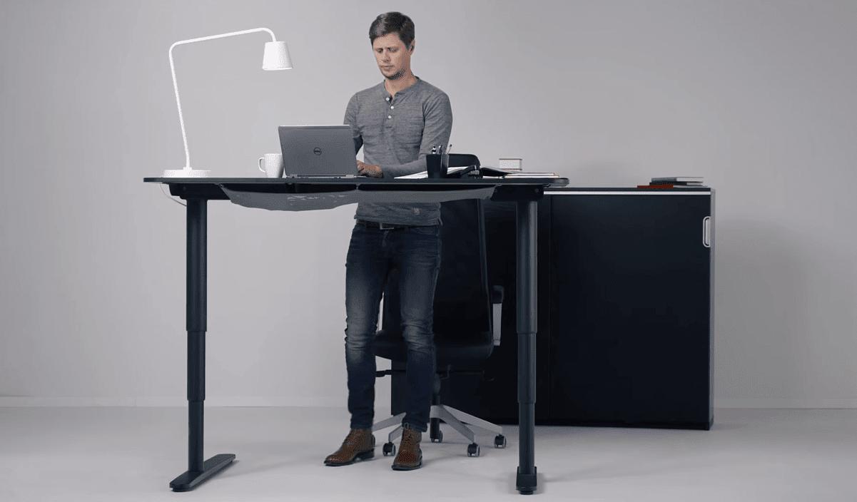 שולחן מדגם BEKANT במצב עמידה
