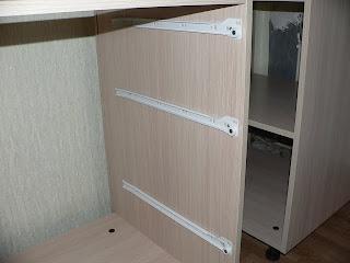кухонный шкаф с закрепленными направляющими для выдвижных ящиков