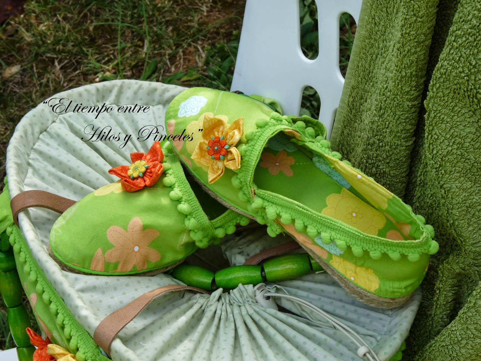 Las zapatillas, unas simples alpargatas de esparto en el mismo tono verde.