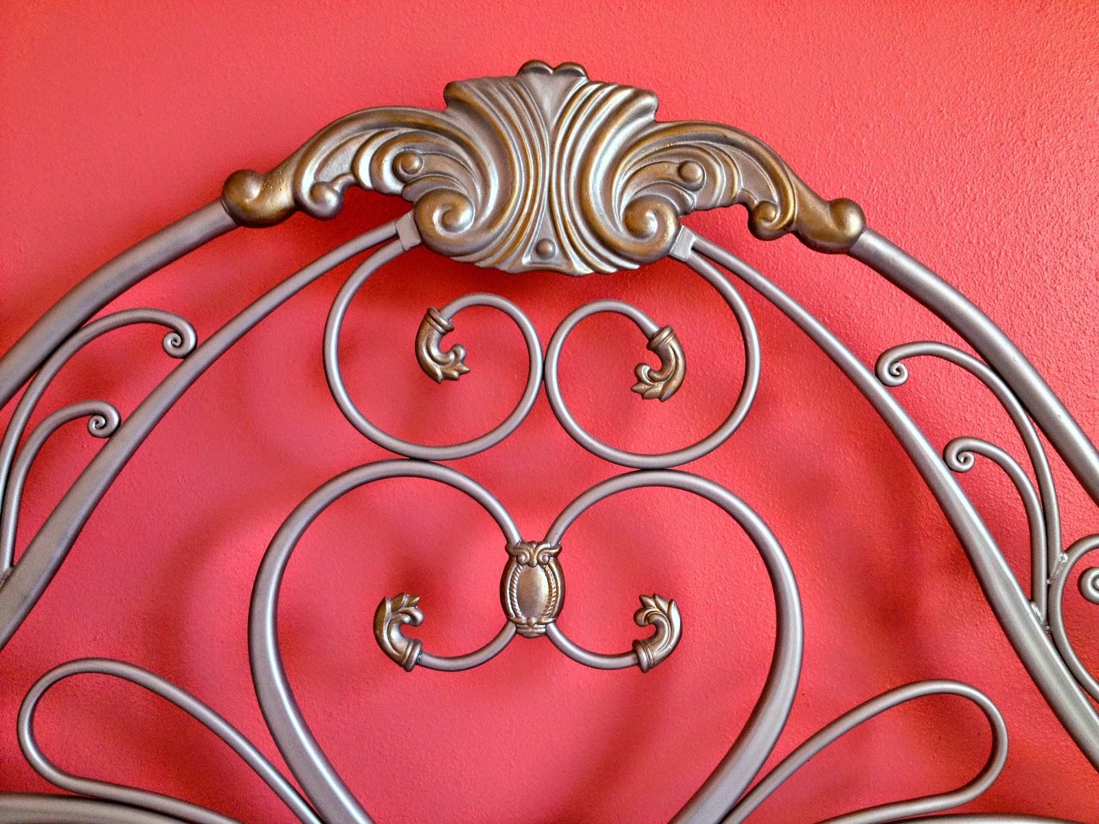 Основную стену спальни я решила перекрасить в лососевый цвет и не ожидала, что цветовая гамма стен будет гармонично сочетаться с благородным серебром и золотом мебели