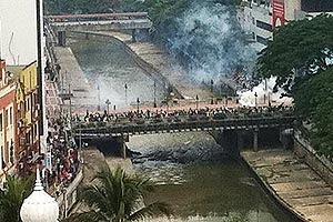 http://3.bp.blogspot.com/-M0_hDsr8_x0/ThfxwnalOiI/AAAAAAAAHGw/y_-lbRdu9xA/s400/gambar+sekitar+perhimpunan+bersih9.jpg