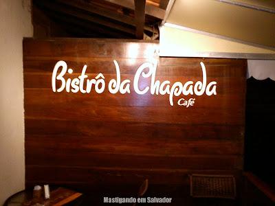 Bistrô da Chapada Café: Fundo da varanda, com o letreiro e sem a TV