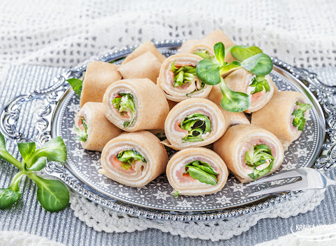 Naleśnikowe rollsy z łososiem, serkiem i roszponką
