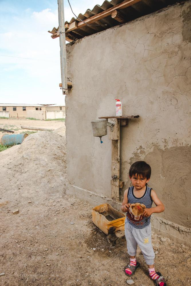 Waschecke an einer Mauer: Topf mit Ausguss
