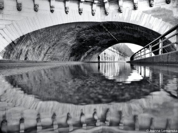 Joanna Lemanska fotografia Paris reflexos através poças de água Pont Neuf