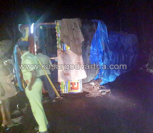 Kasaragod, Adkathbail, Accident, Lorry, Kerala, Driver, Escaped, Injury, Mangalore, Lorry accident in Adkathbail