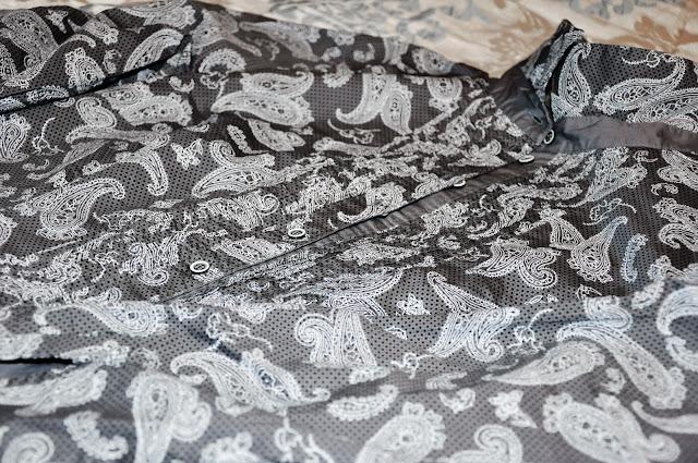 серая рубашка с орнаментом пейсли
