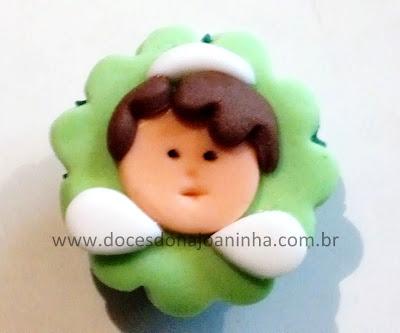 Mini cupcake decorado com anjinho para lembrancinha de batizado em verde