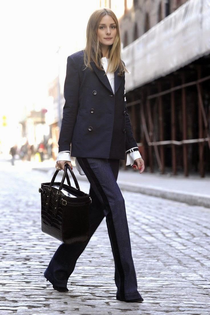 Blazer clássico, e calças flair com lista de lado blusa branca