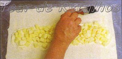 Colocando a mussarela no recheio do strudel de queijo.