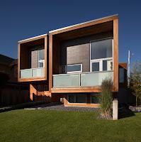 Foto de fachada de casa moderna de madera, construcción en forma de dos cuadrados