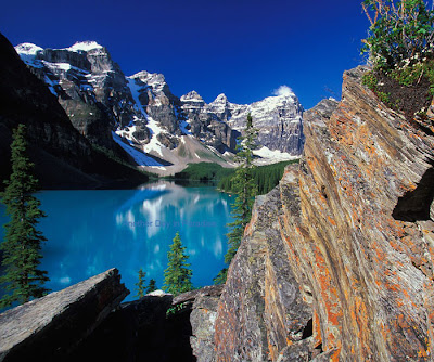 spectacular scenery of Moraine Lake