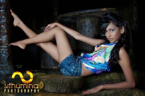 Amanda Silva short jeans hot legs