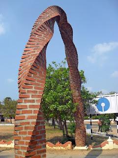 арка в виде спирали из кирпичей