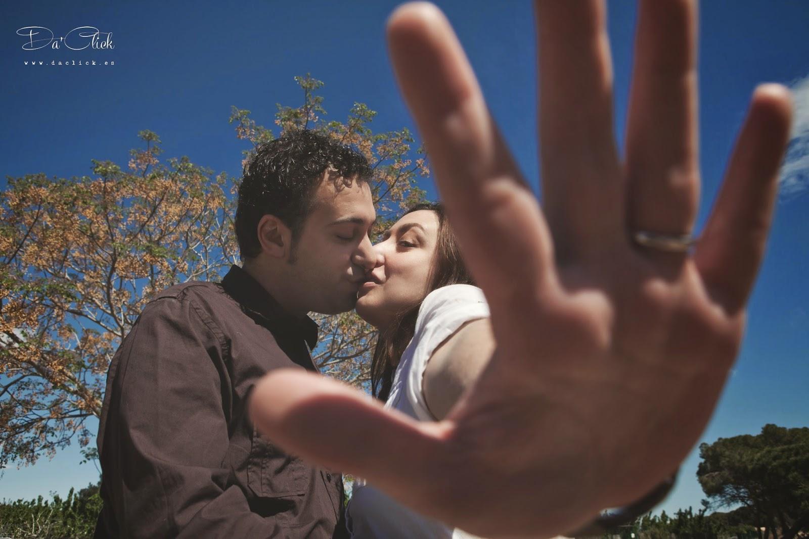 mano y beso de novios en preboda naturaleza