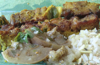 Brochettes de dinde marinées à la sauce colombo  accompagnées de riz parfumé aux amandes, sésame et thé vert