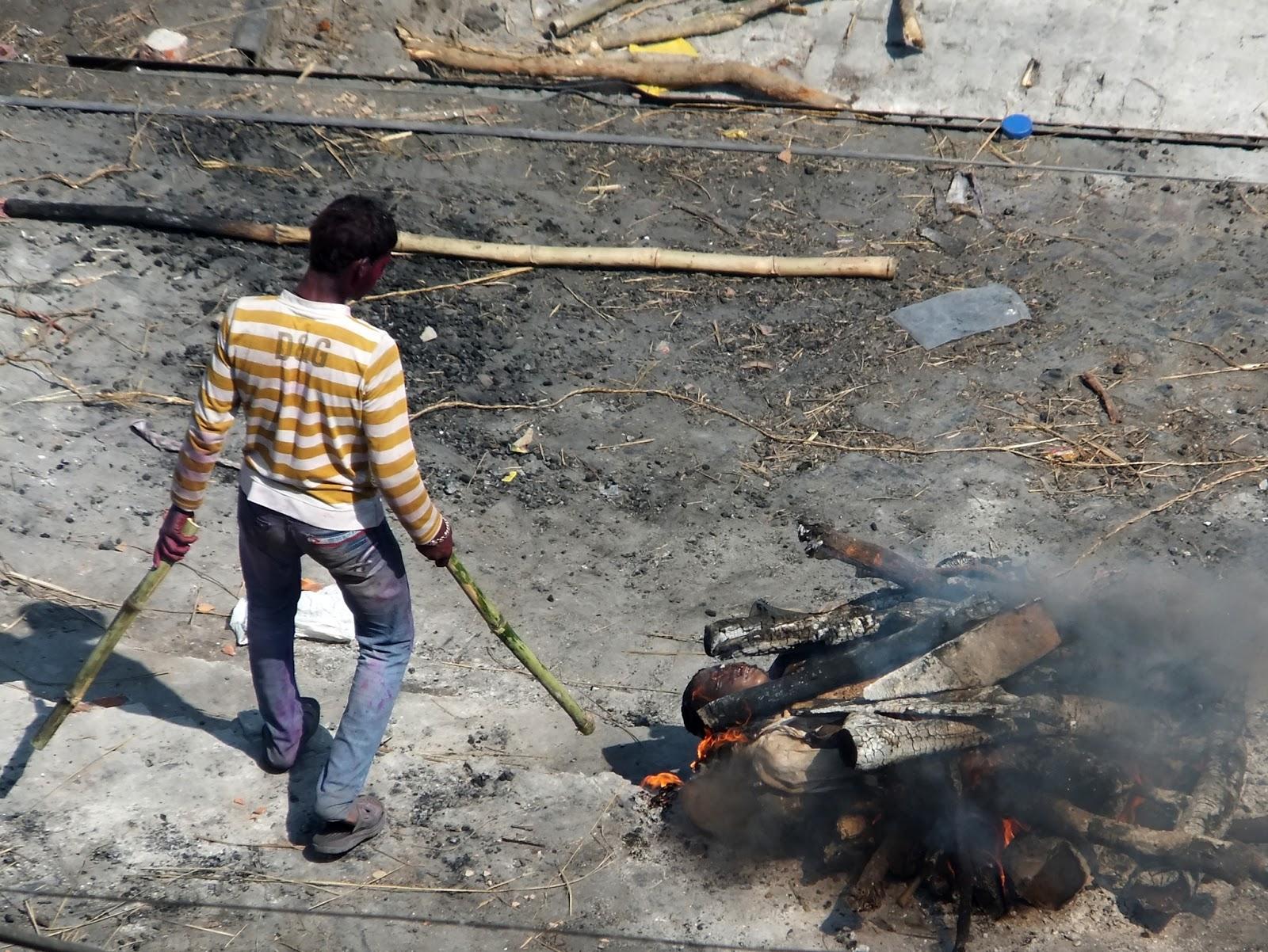 процесс кремации в Варанаси