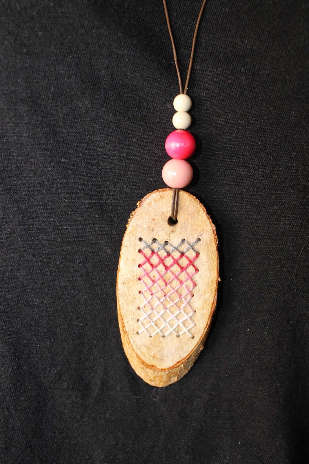 colgante madera y punto de cruz