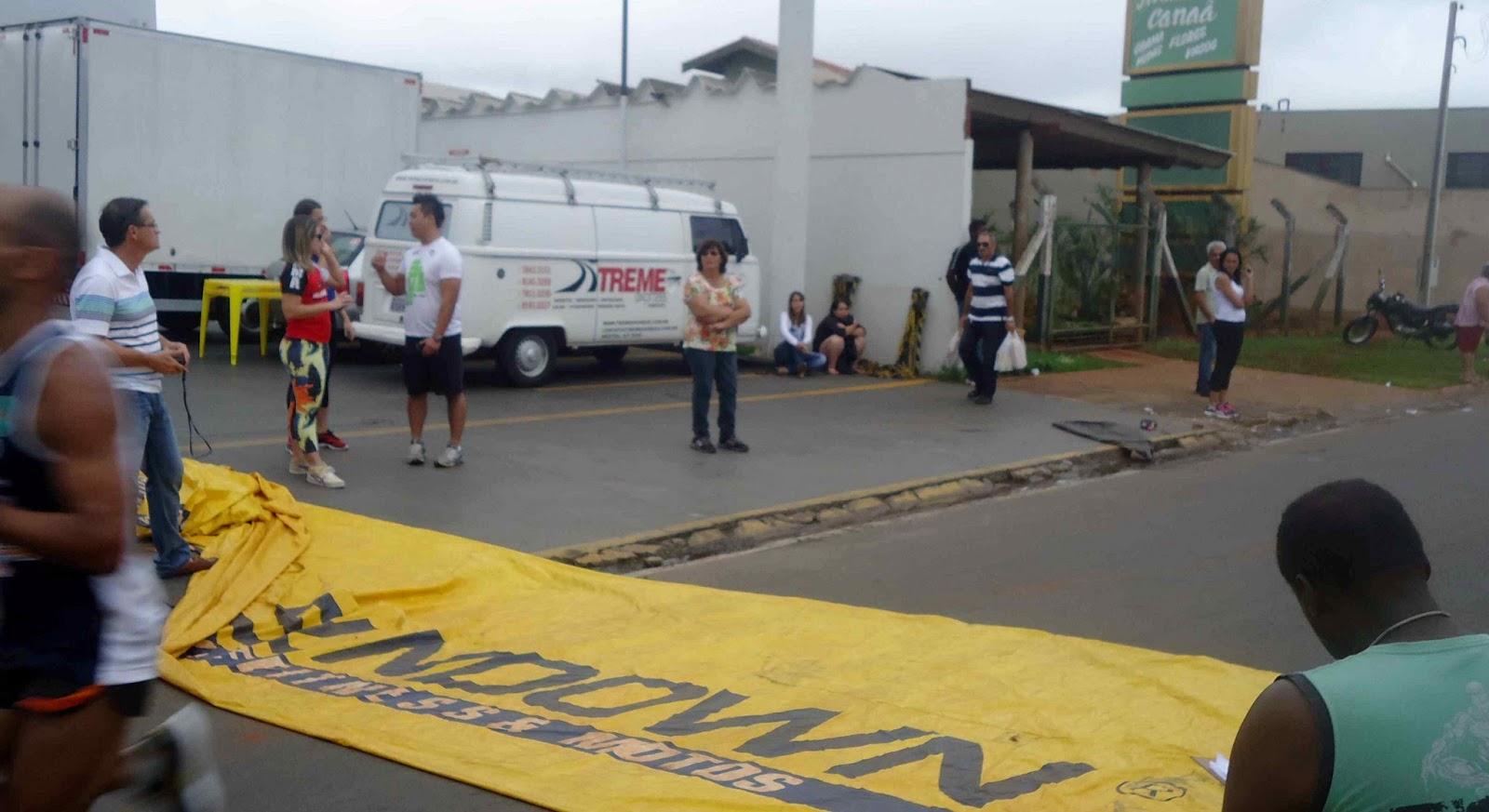 Foto 58 da 1ª Corrida Av. dos Coqueiros em Barretos-SP 14/04/2013 – Atletas cruzando a linha de chegada