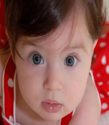 Un beau visage d'une ange avec des yeux bleus