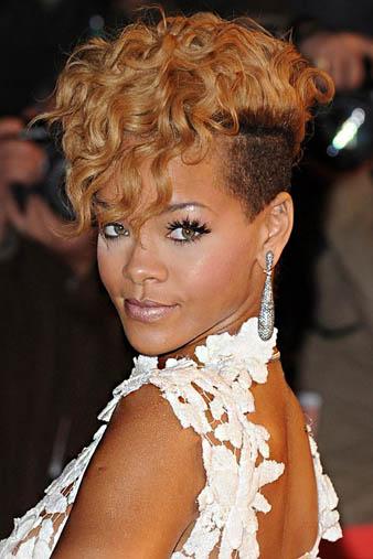 Rihanna yanlarını kazıtmış olduğu karamel saçlarının üst kısmına kıvırcık model verdirmiş ve çılgın görünümü ile bir kez daha herkesi şaşırtmıştır.