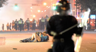 A kiss in the middle of riots (Photo: Getty Images)