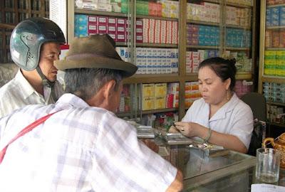 Thuốc Tây sau khi mua về sẽ được trộn vào thức ăn hoặc nước uống để phòng và trị bệnh cho gia súc, gia cầm.