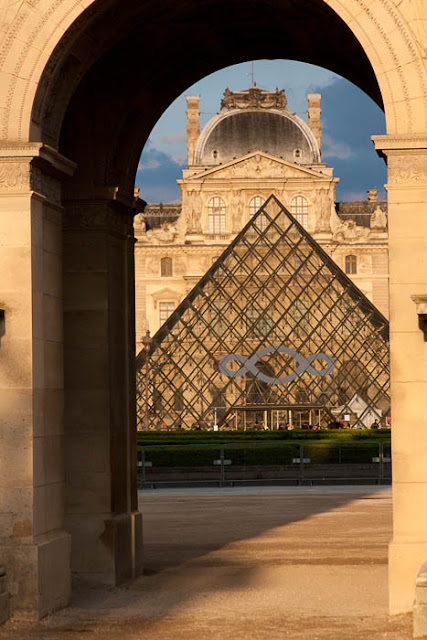 Pei pyramid and Louvre through the Arc de Triomphe du Carrousel