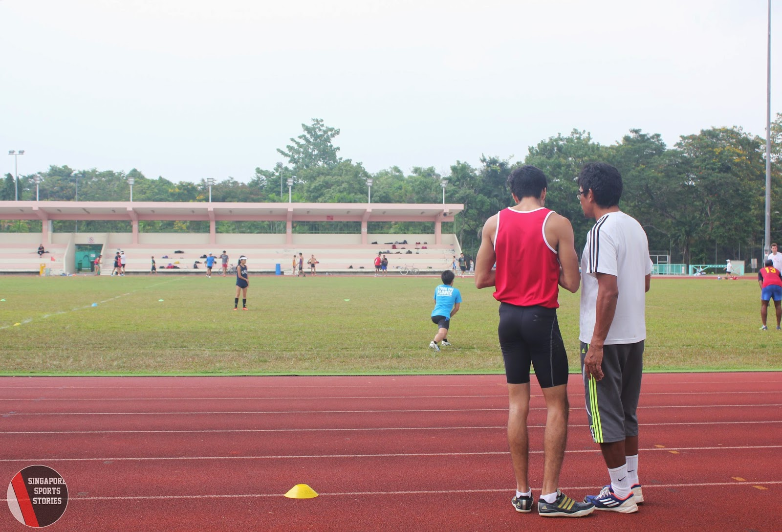 Khan Meng Linn discussing with coach Kamalrulzaman Tahir