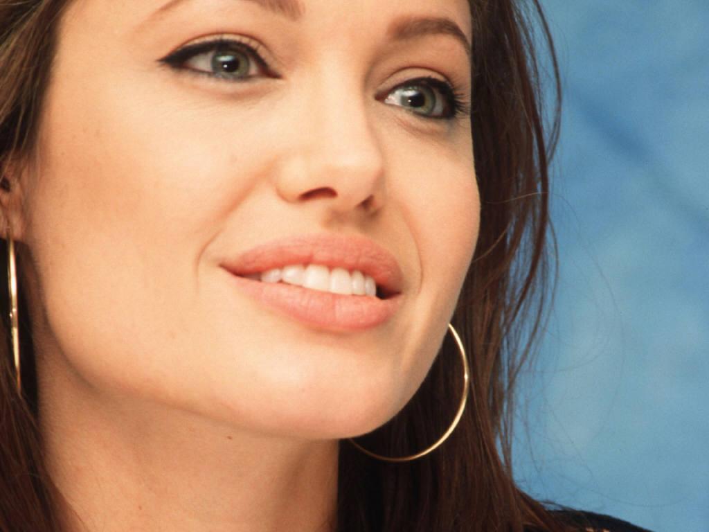 http://3.bp.blogspot.com/-M7DNaIuZuV0/TpG5176I-4I/AAAAAAAAAhc/4Ynna4iIoIQ/s1600/angelina+jolie+lips+03.jpg